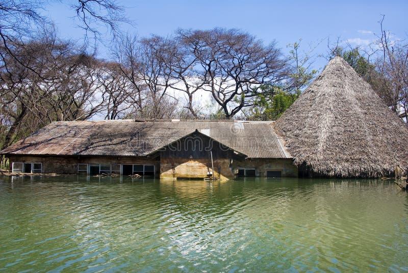 Überschwemmtes Haus, Kenia lizenzfreie stockfotos