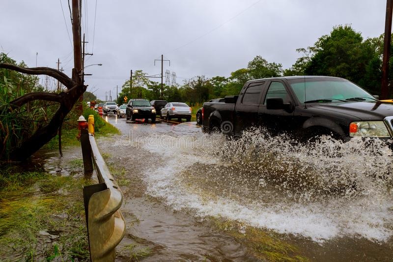 Überschwemmtes Zufuhrstraßenspritzen durch ein Auto starken Regen vom Hurrikan Harvey verursachte viele überschwemmt lizenzfreie stockfotos