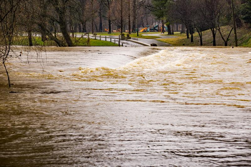 Überschwemmung auf dem Roanoke-Fluss bei Smith Park stockbild