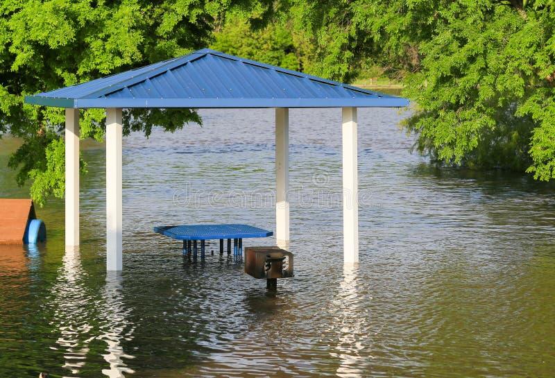 Überschwemmung in einem Park stockfotos