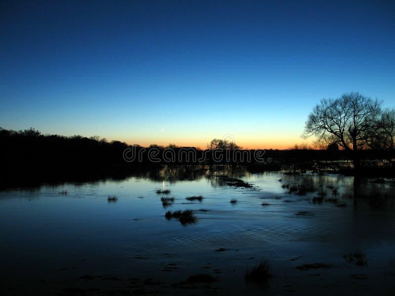 Überschwemmungsgebiete an der Dämmerung stockbild