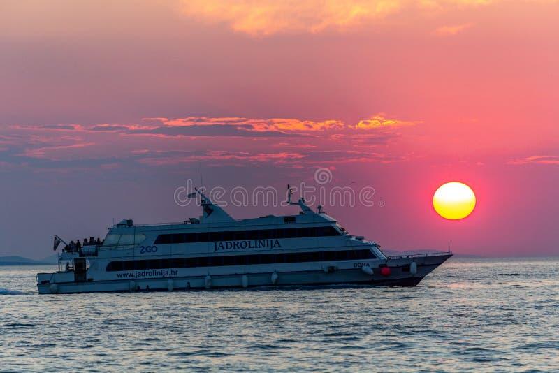 Übersetzende Passagiere des Bootes in Zadar lizenzfreie stockbilder