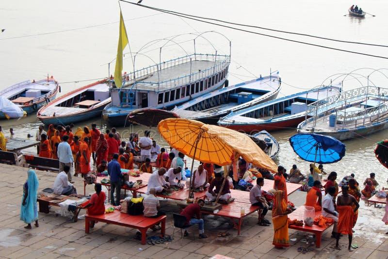 Übersetzung: Aufpassende beschäftigte vorbereitende Rituale der lokalen Leute an stockfoto