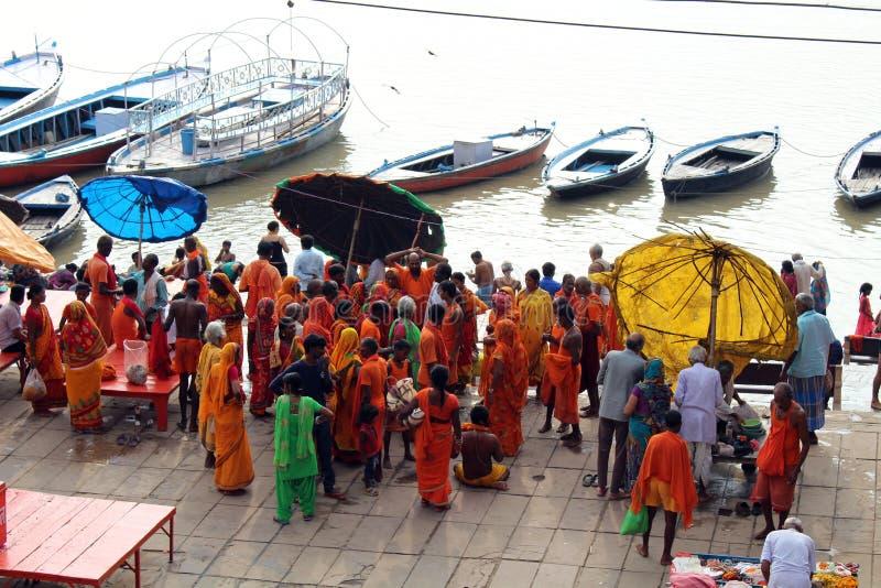 Übersetzung: Aufpassende beschäftigte vorbereitende Rituale der lokalen Leute an lizenzfreie stockfotos