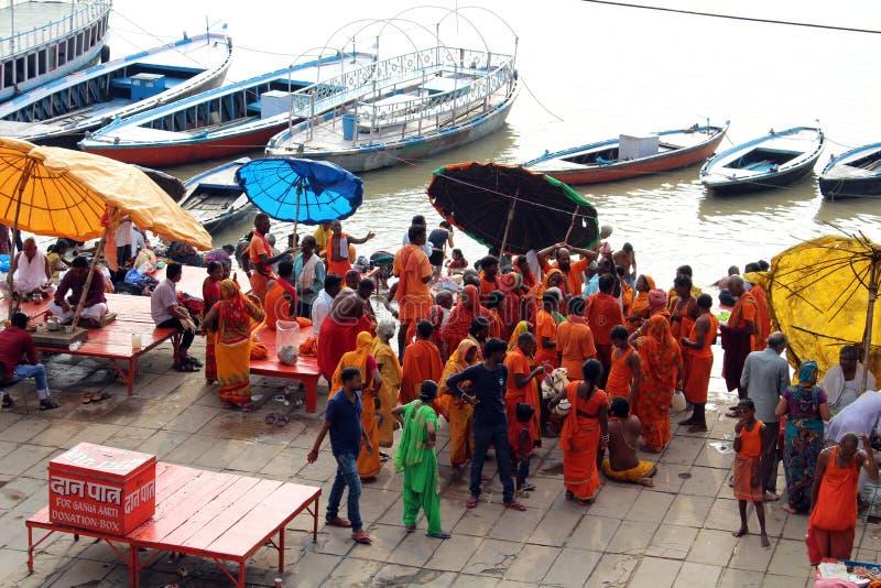 Übersetzung: Aufpassende beschäftigte vorbereitende Rituale der lokalen Leute an stockfotografie