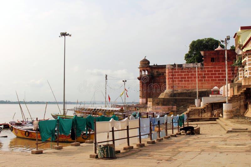 Übersetzung: Die Landschaft Varanasis von ghats und von Ganges lizenzfreies stockfoto