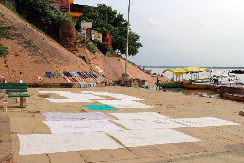 Übersetzung: Die Landschaft Varanasis von ghats und von Ganges stockbild