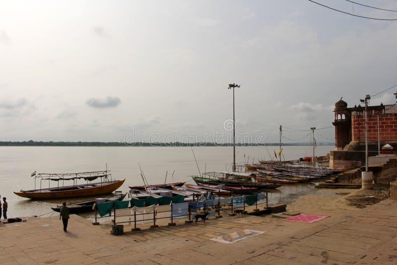 Übersetzung: Die Landschaft Varanasis von ghats und von Ganges lizenzfreie stockfotografie
