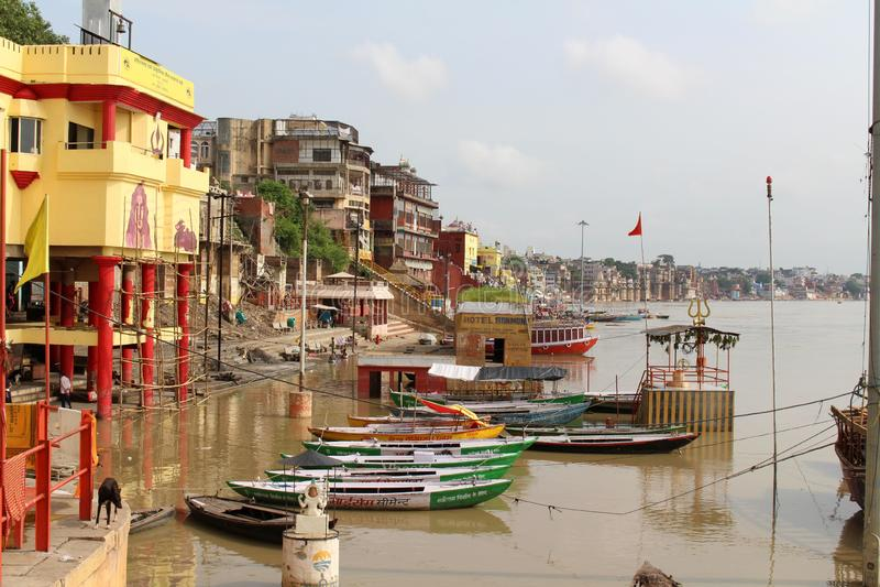 Übersetzung: Die Landschaft von Varanasis ghats durch den Ganges lizenzfreie stockfotografie