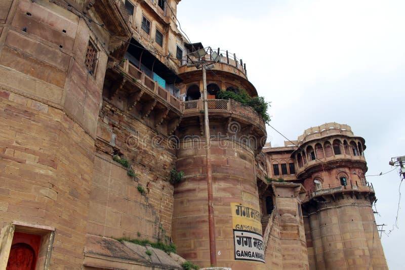Übersetzung: Die Landschaft von Varanasis ghats durch den Ganges stockfoto