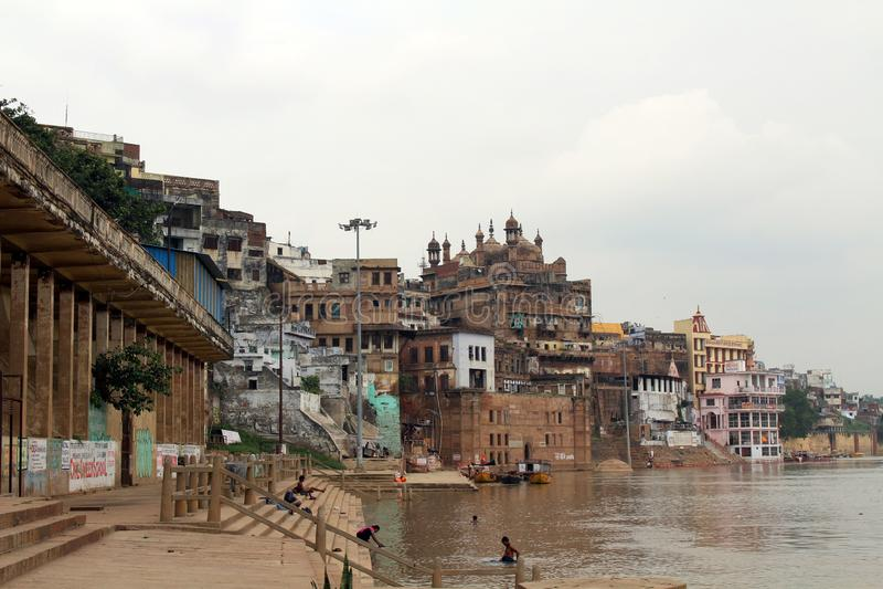 Übersetzung: Die Landschaft von Varanasis ghats durch den Ganges lizenzfreie stockfotos