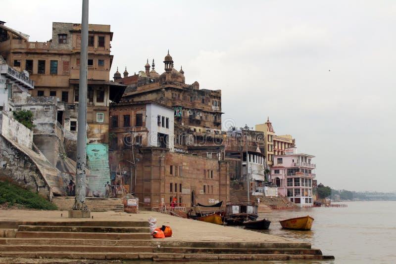 Übersetzung: Die Landschaft von Varanasis ghats durch den Ganges stockfotos