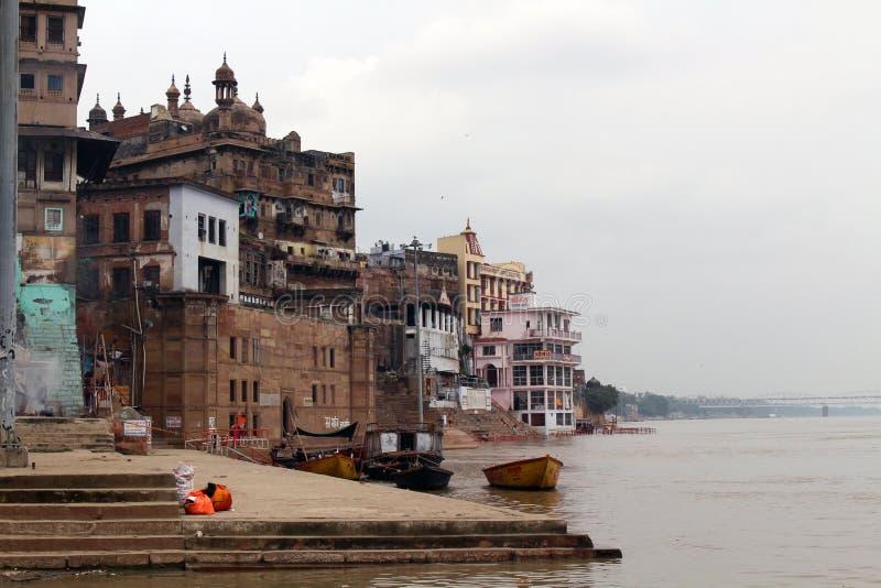 Übersetzung: Die Landschaft von Varanasis ghats durch den Ganges stockbilder