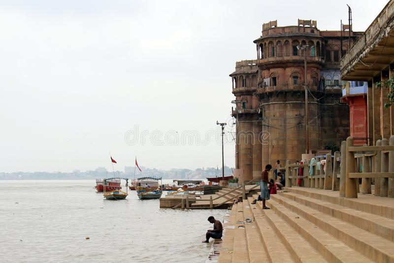 Übersetzung: Die Landschaft von Varanasis ghats durch den Ganges stockfotografie