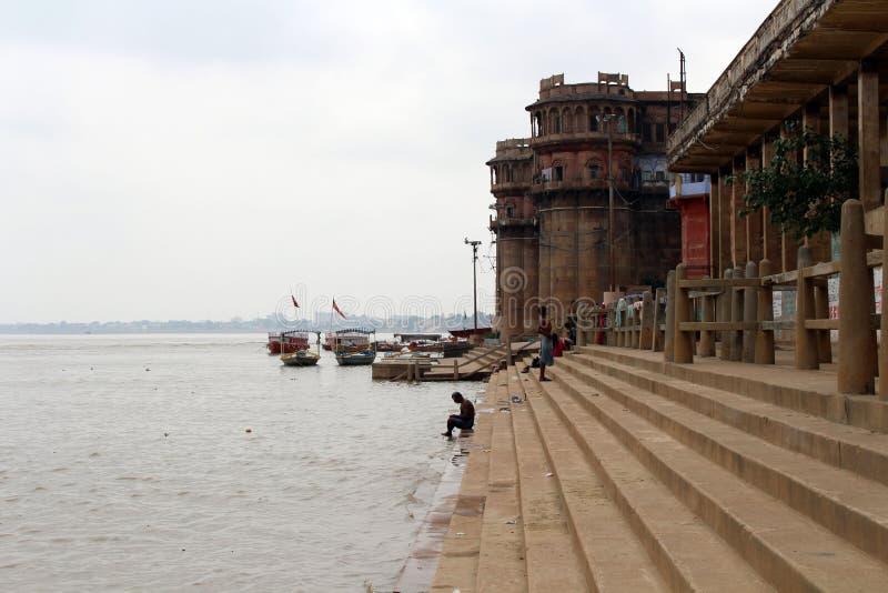 Übersetzung: Die Landschaft von Varanasis ghats durch den Ganges lizenzfreies stockbild