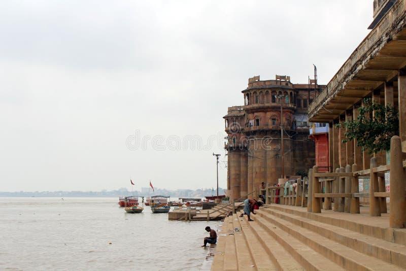 Übersetzung: Die Landschaft von Varanasis ghats durch den Ganges stockbild