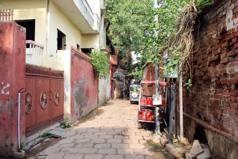 Übersetzung: Die schmale und bunte Gasse plus Kühe von Varanasi lizenzfreies stockfoto