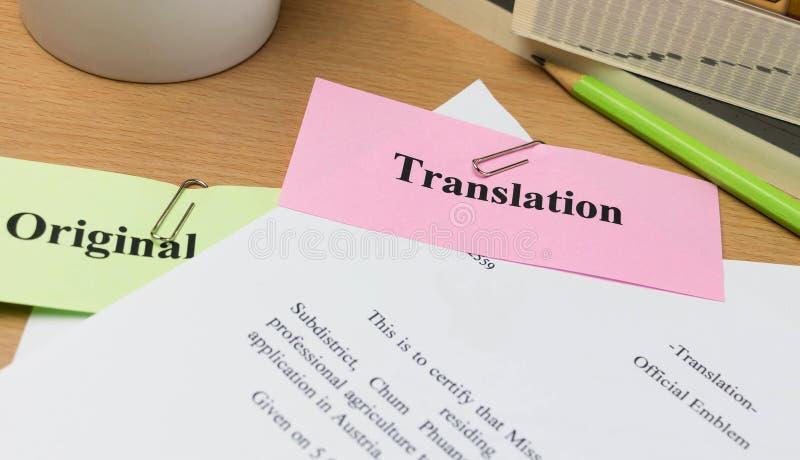Übersetzungspapier auf Holztisch lizenzfreies stockfoto