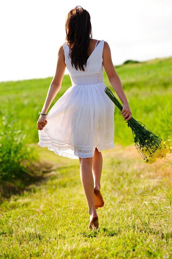 Überspringende Spaßfrau des Frühlinges stockfotografie