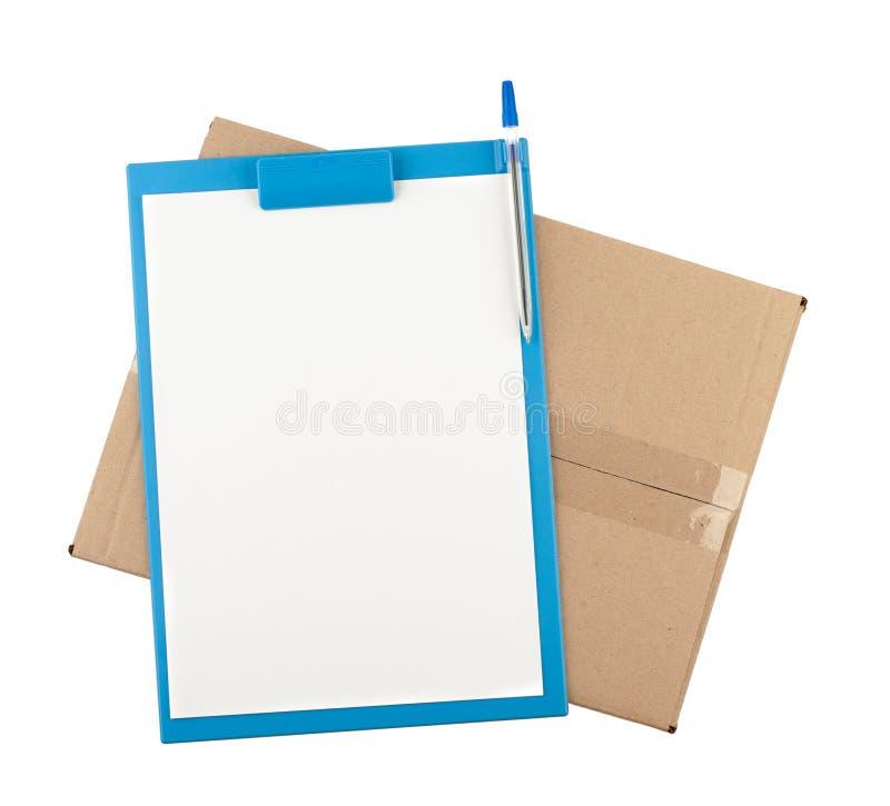 Übersteigen Sie hinunter Ansicht der offenen Pappschachtel mit Klemmbrett auf ihm stockfotos