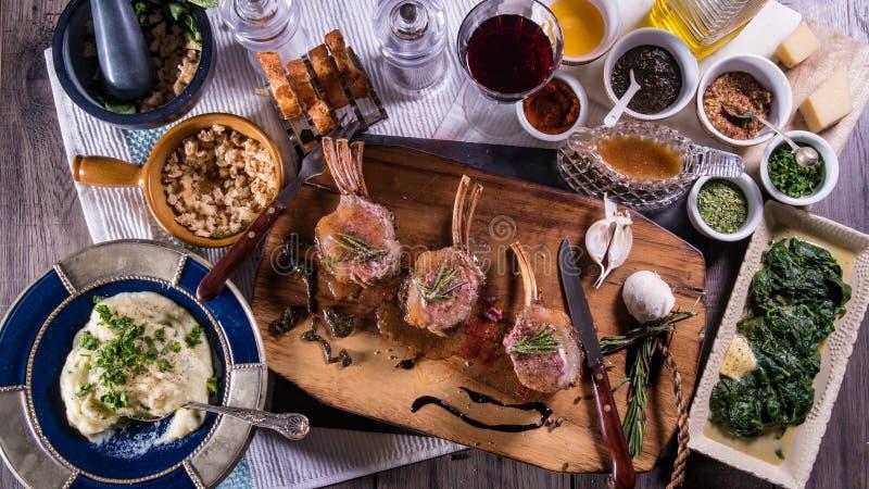 Übersteigen Sie hinunter Ansicht eines geprägten Lammkarrees mit Spinat und Kartoffelpürees stockbild