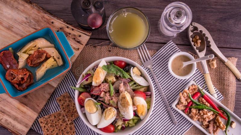 Übersteigen Sie hinunter Ansicht eines gesunden, organischen nicoise Salats stockbild