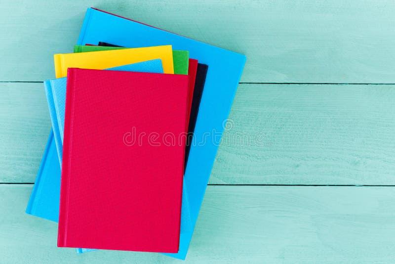 Übersteigen Sie hinunter Ansicht von leeren Büchern auf blauer Tabelle stockfoto