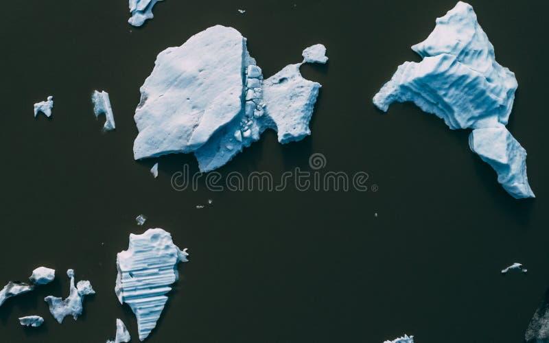 Übersteigen Sie hinunter Luftschuß von Eisbergen in Island lizenzfreie stockfotografie