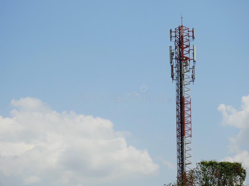 Übertragende Antenne mit blauem Himmel stockbild