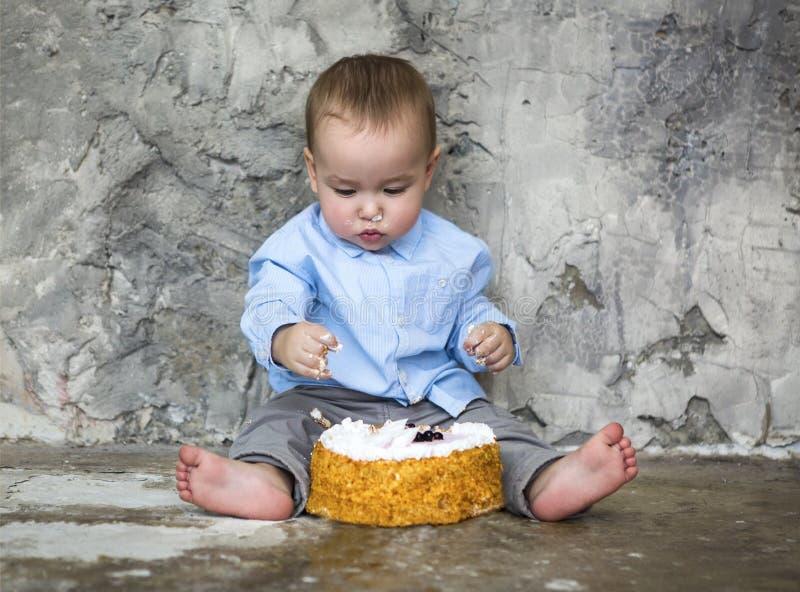 Überwältigender Kuchen des entzückenden Babys stockfoto