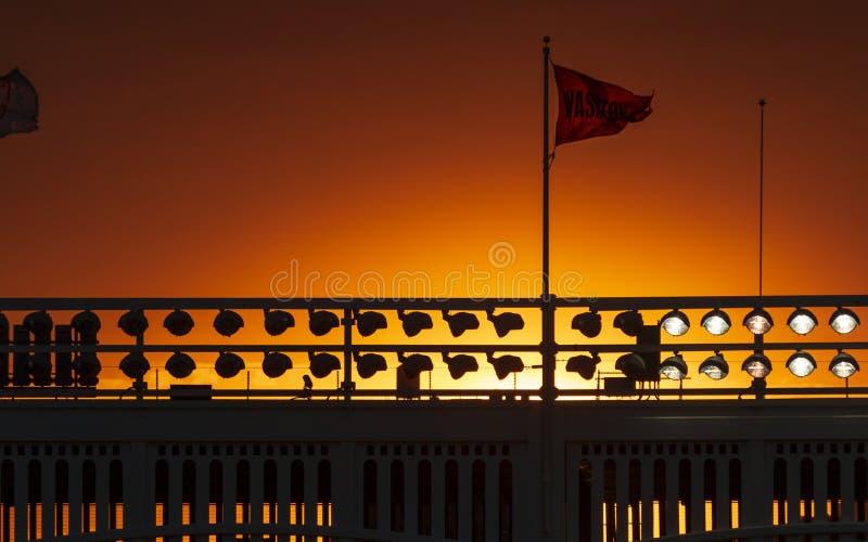 Überwältigender Sonnenuntergang über dem Yankee Stadium, The Bronx, New York, Vereinigte Staaten, Nordamerika stockfotografie