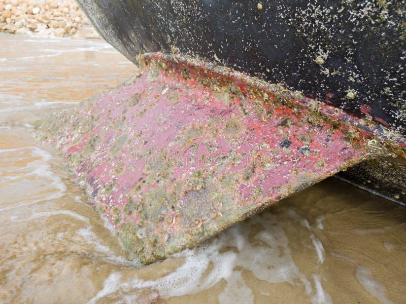 Überwältigt mit Meereslebewesen, der Kiel eines Segelboots lizenzfreies stockbild
