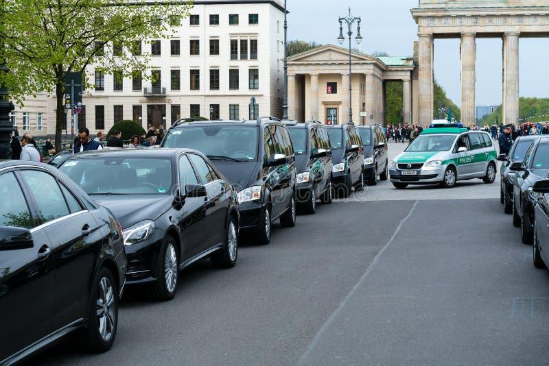 Überwachen Sie das Schützen des Konvois der Autos mit sehr wichtigen Leuten nahe dem Brandenburger Tor polizeilich lizenzfreie stockbilder