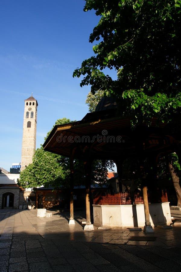 Überwachen Sie Kontrollturm und Fount in Sarajevo lizenzfreie stockfotografie