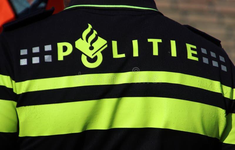 Überwachen Sie Logo auf der Rückseite eines Mittels auf der Uniform in den Niederlanden polizeilich stockbild