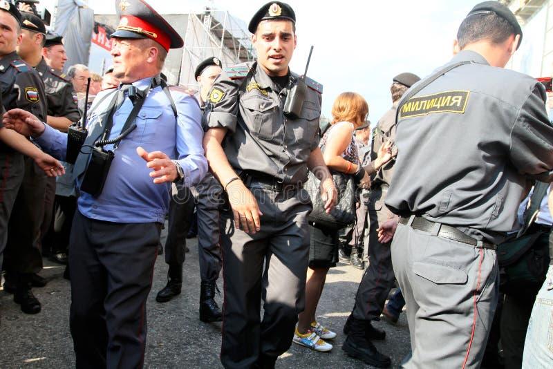 Überwachen Sie Schnur auf Triumfalnaya Quadrat in Moskau polizeilich stockfoto