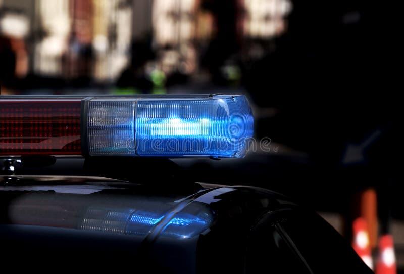 Überwachen Sie Streifenwagen mit Blinklichtern und Sirene an während des n polizeilich lizenzfreie stockfotos