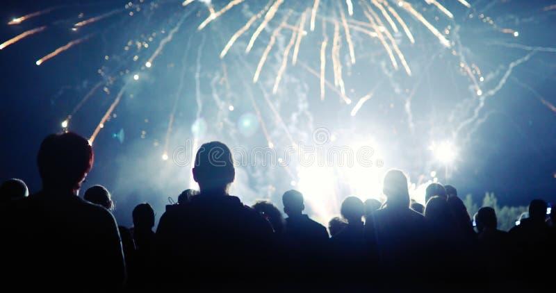 Überwachende Feuerwerke der Masse lizenzfreie stockbilder