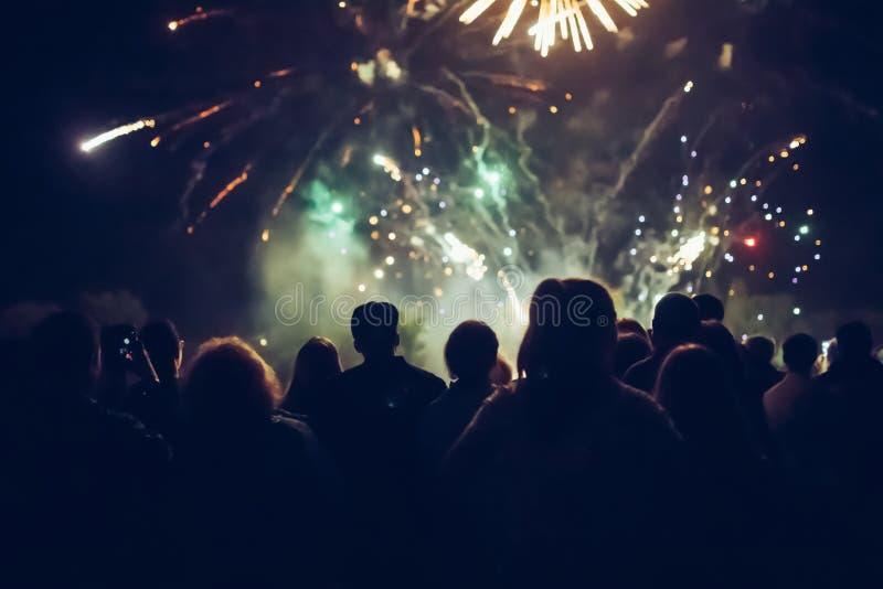 Überwachende Feuerwerke der Masse stockfoto