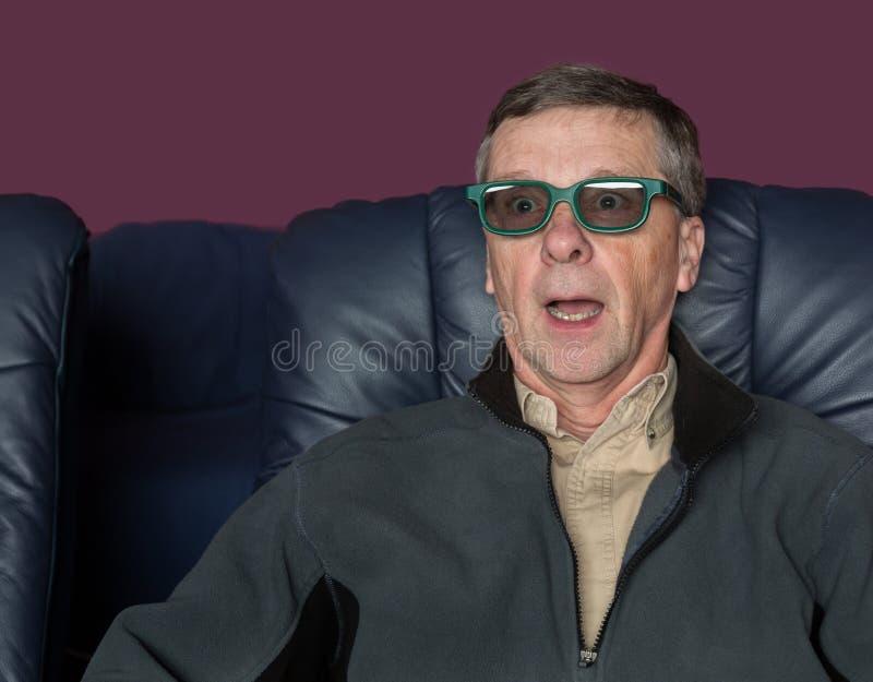 Überwachender Film des älteren Mannes mit Gläsern 3d stockfotografie