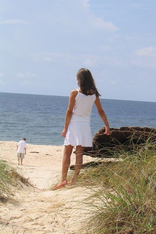 Überwachender Freund des Mädchens auf Strand stockbilder