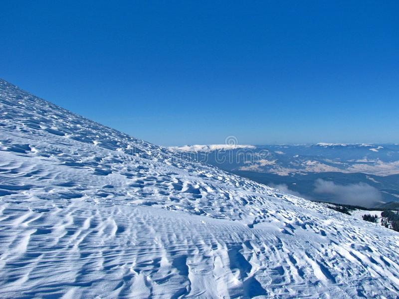 Überwachender Schnee der Frau deckte Berge ab stockfotos