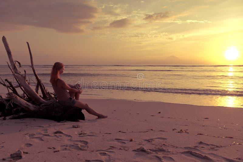 Überwachender Sonnenuntergang der Frau lizenzfreie stockbilder