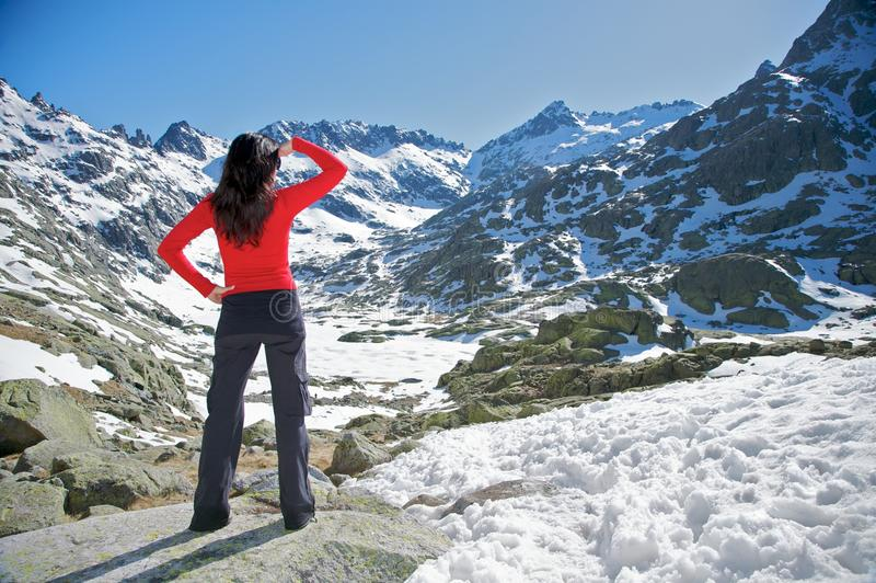 Überwachendes Schneetal der roten Frau lizenzfreies stockbild