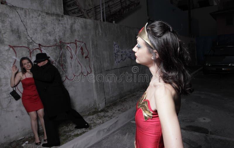 Überwachendes Verbrechen des Superhelden lizenzfreie stockbilder