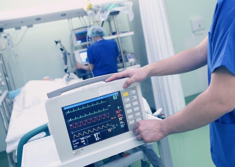 Überwachung des Patienten durch Arzt stockfoto