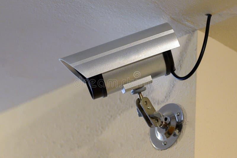 Überwachungskamera auf der Decke im Raum stockfoto