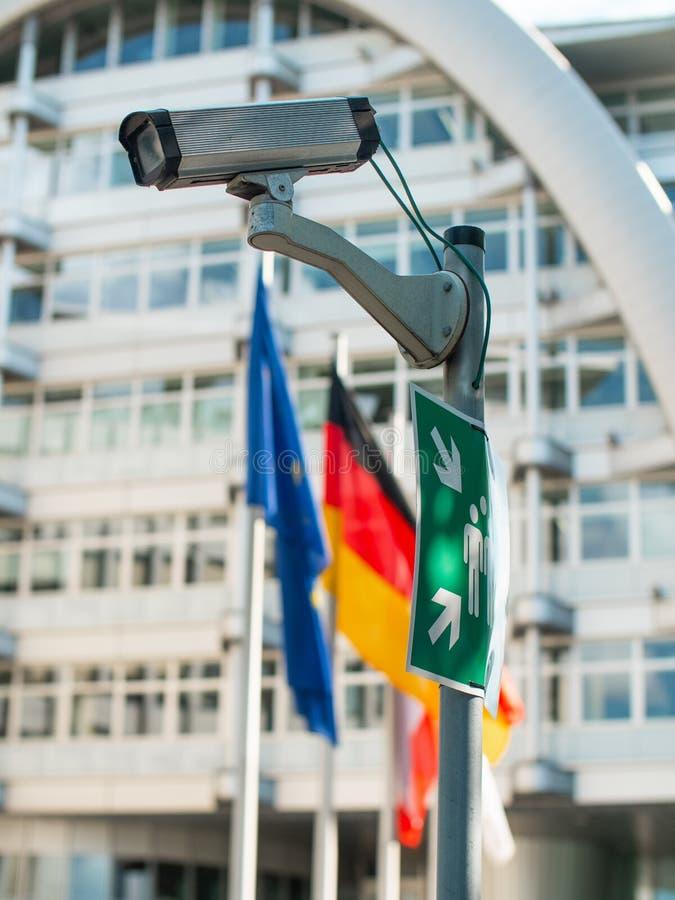 Überwachungskamera auf einem Pfosten mit Flaggen lizenzfreie stockbilder