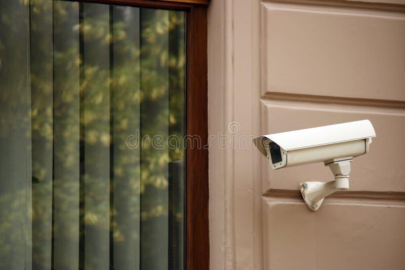 Überwachungskamera auf Wand lizenzfreies stockbild