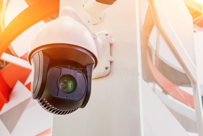 Überwachungskamera innerhalb des Raumes auf der Wand, nahe Ansicht lizenzfreie stockfotos